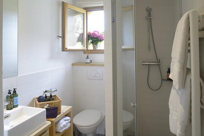 tissourds_shower_room_first_floor_resize.jpg