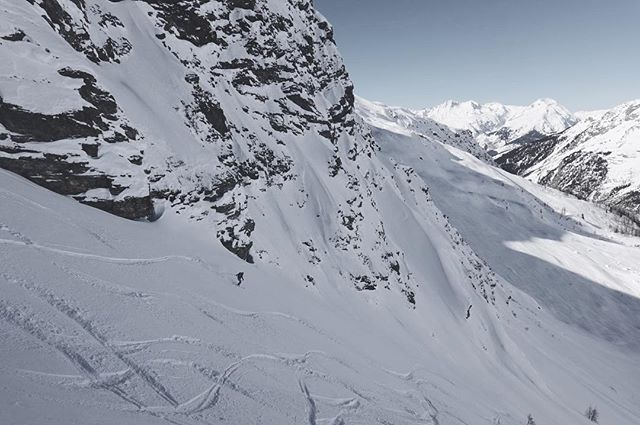 Nice lines today in Foliette.✨ @goldibeth @alpineculture . . @montura_official @dmdsnow @fatcanpoles @getuptitude . . . . . . #liveoutdoors #loveoutdoors #skiing #travel #stayfocus #winter #snow #powderday #timetoplay #offpisteskiing #lovestfoy #skieveryday #explore #fit #northface