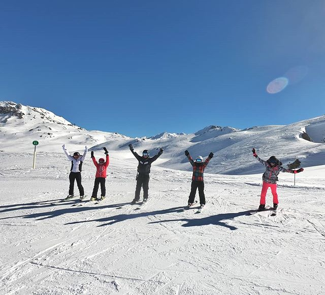 Happy families in these beautiful sunny weeks, temperatures are like in spring, but snow quality is still excellent on north faces! Did you know we are also teaching and guiding private groups and families? Make an enquiry! . . . . . #rideyourtime #timetoplay #timetoski #letsgosomewhere #protectourplayground #traveladdict #familyfriendly #childcare #welcometonature #monturapeople #skilesson
