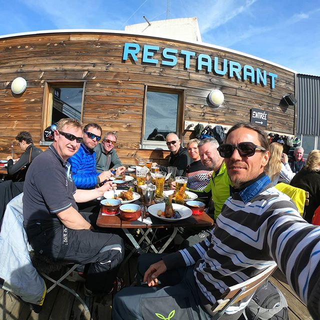 Lunch time @lesignalvaldisere in Fornet is always a must when you're skiing in Val d'Isère. Did you know you can book the restaurants directly through Ride Your Time? One thing less to think for our clients during their holidays 😉🏔️🥘🥗🍾 . . . . . #rideyourtime #bestdestinations #bestrestaurants #bestfood #traveladdict #letsgosomewhere #travelstoke #travelingram #timetoeat #monturapeople #gopro #goprohero7