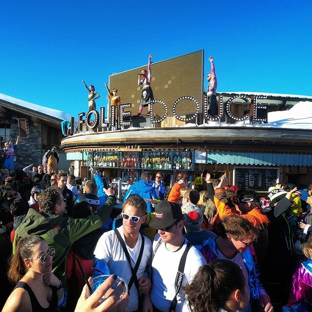 Spring is approaching, the sun is heating and there's nothing better than going @foliedoucevaldisere to enjoy the sunset while dancing on the tables! . . . . . . #rideyourtime #timetoplay #party #skiandparty #sunset #valdisere #letsgosomewhere #travelingram #apresski #partytime