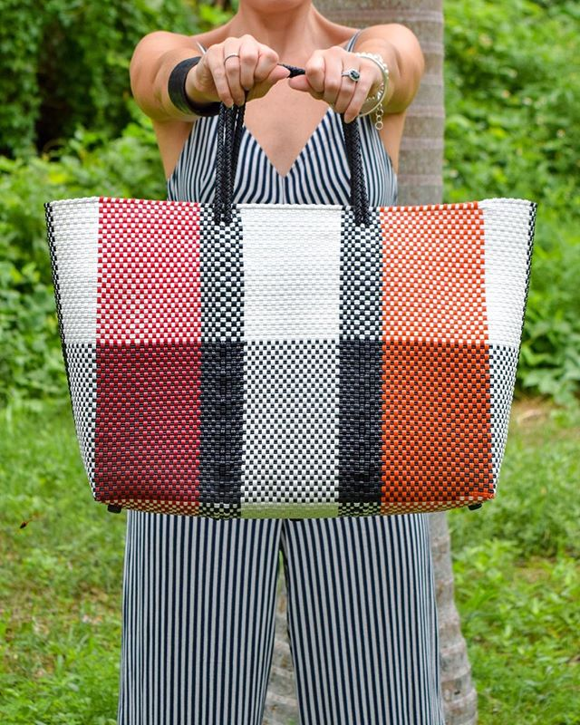 Let's talk about this bag. This is my best fashion purchase of the year so far and I'll tell you why. 1. I love a brand with an interesting story and a strong social ethos. This bag is made for @trussnyc by local artisans in Oaxaca, Mexico, and Truss works hard to support the artisanal community and young women in Oaxaca. 2. It's big. I carry a LOT of stuff around with me - laptop, packed lunch box, yoga gear, any number of random kids items, etc! I needed a bag that could comfortably fit all of my cr** without buckling under the weight. 3. It is very hard wearing. I can wipe it clean, I can take it to the beach, I can fill it with far too much stuff and it still looks great!  #notanad I just really like this bag! Me and my bag are off to Vietnam for the weekend for a bit of chill time. I hope you all have something fun planned. 😘 - - - #hongkonger #styleblogger #hkstyleblogger #hongkongblogger #hkig #hkiger #fashionideas #fashionblogger #hkstyle #hklife #alifewelltravelled #recommended #hongkong #scottishbloggers #lifestyleblog #hongkongblog #mumstyle #whatilove #myfavouritethings