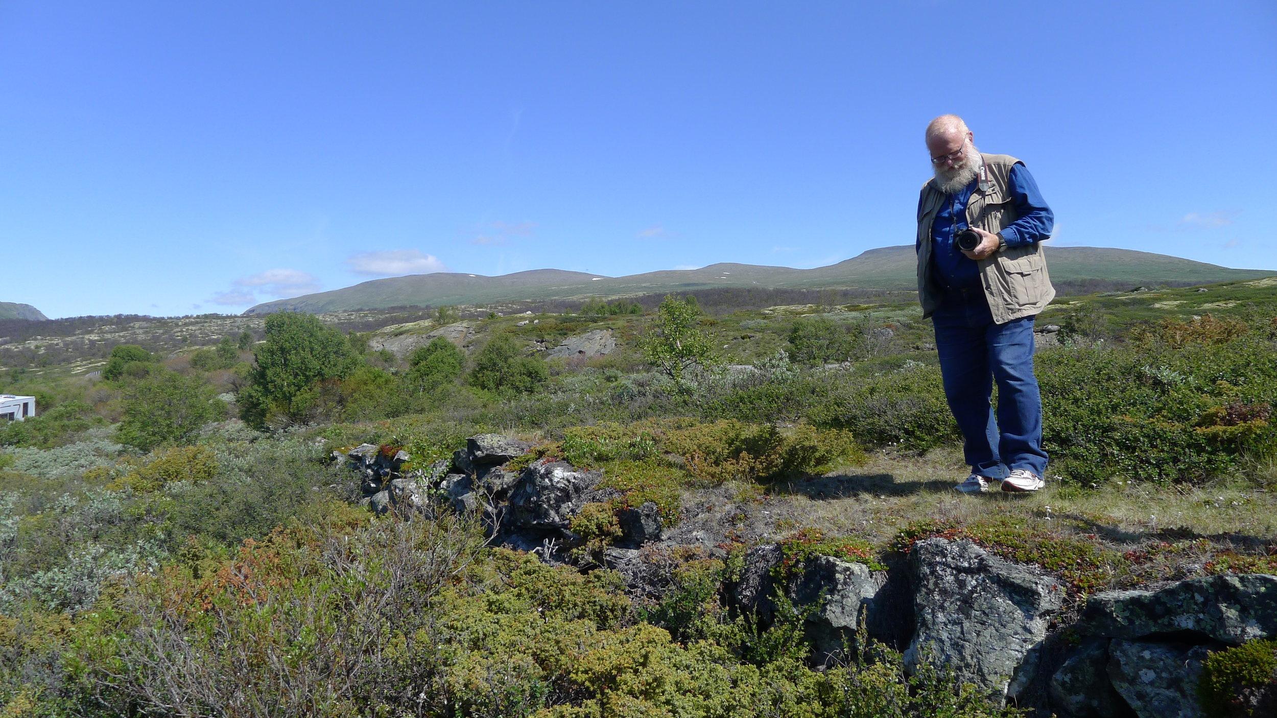 Geir Paulsrud på en strekning av kongevegen som ligger syd for Jøroskloppa. Foto: Marit Johansson