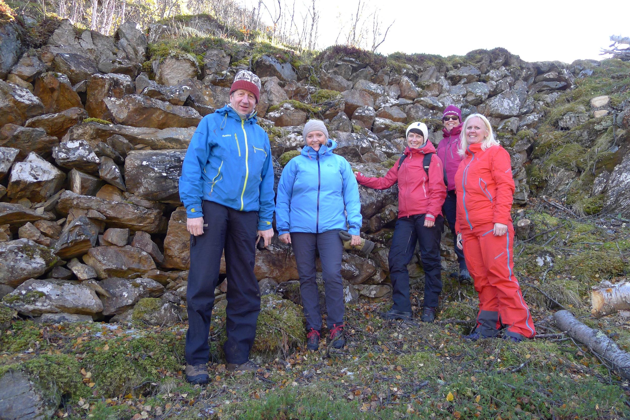 Styringsgruppen på befaring på Vårstigen. Fra høyre: Hans-Jacob Dahl, Ann Kristin Engh, Aud Hove, Berit Brendskag Lied, Ingvill Dalseg. Foto: Marit Johansson