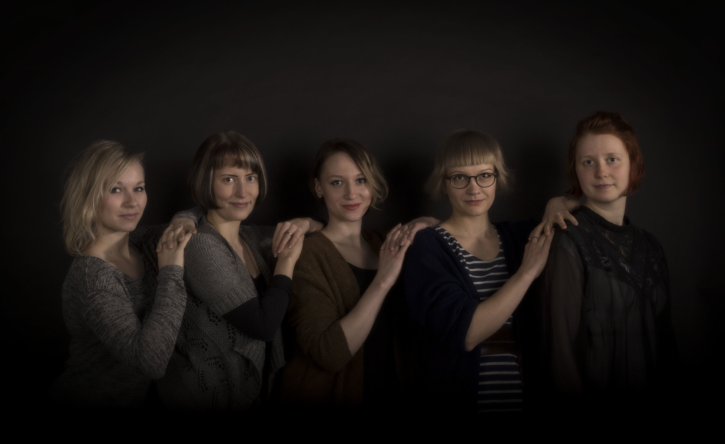 Friends   Studio photograph. Friends in the picture from the left: Matleena Railo, Sonja Lehtomäki, Juulia Manninen, Maiju Pääkkönen ja Maria Marjanen.