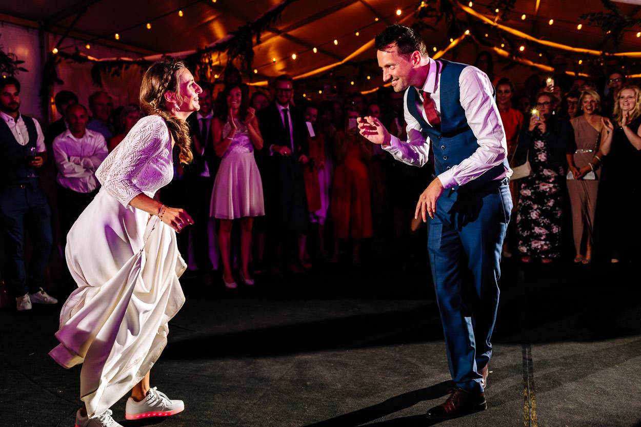 PLEZIER MET HOPEN - We vinden het heerlijk als een koppel nog speels is! Ruth & Benjamin zorgden de volledige dag voor magie. Een feest dat we zelf ook zouden organiseren. Veel ambiance, veel vrienden, toffe verrassingen, schoenen met lichtjes… Dit huwelijk zullen we niet snel vergeten. Zo zij! Maar ook zo wij!