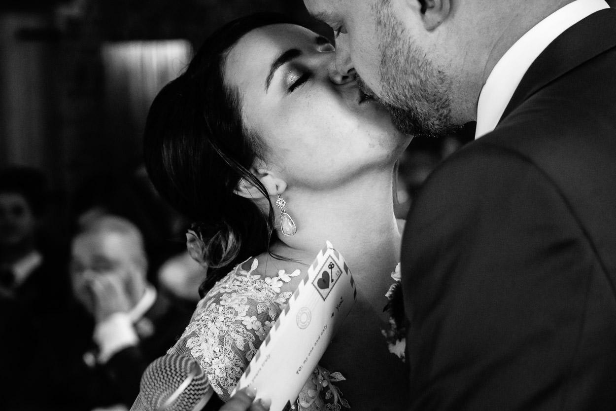 100 kusjes - De liefde tussen Lien & Yuri kan je echt zien en voelen. Hun kusjes voor elkaar waren echt de rode draad op hun dag. Allebei een hart van goud en altijd klaar voor een stevig feestje. En we zijn er zeker van dat ze vandaag de dag elkaar nog steeds 100 kusjes geven.