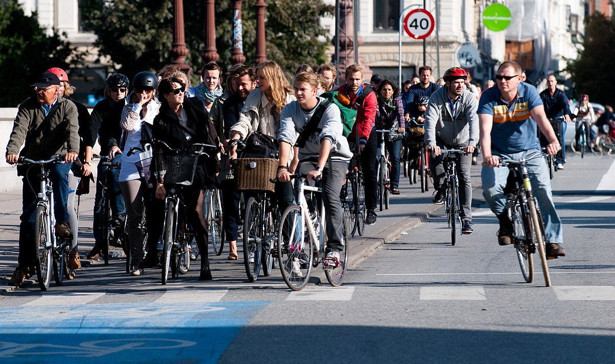 1200px-Cyclists_at_red_2.jpg