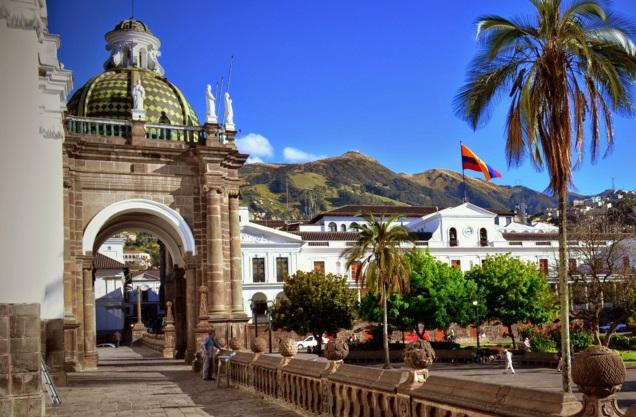 turismo-en-el-centro-historico-de-la-ciudad-de-quito-ecuador.jpg