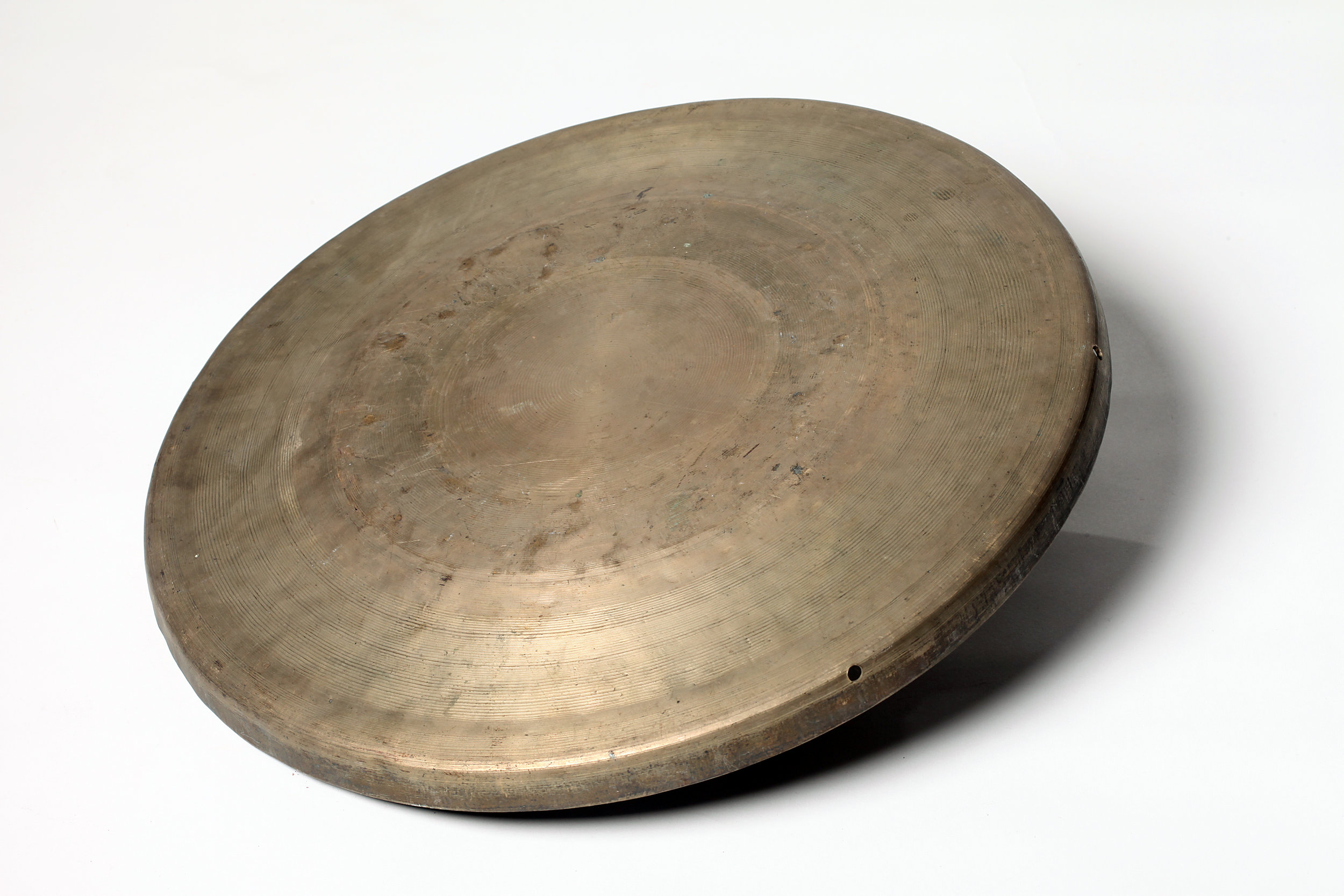 Daluo   (large gong) is a percussive instrument made of bronze. Its sound is full, deep, rich and sustaining, which can be used to invoke emotions and strengthen the rhythm during the performance. Typically it is beaten in plays dominated by  laosheng  (old male roles) and  hualian  (painted-face roles), and martial plays.