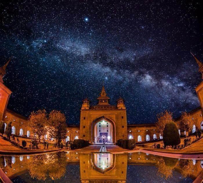 Ένα πολύ γνωστό τζαμί γίνεται μέρος μιας σύνθεσης με την γαλαξιακή οδό. Στην πραγματικότητα η φωτορύπανση της περιοχής είναι όση και στο κέντρο της Αθήνας μην επιτρέποντας την καταγραφή του νυχτερινού ουρανού πόσο μάλλον την αντανάκλαση του στο νερό. Ο φωτογράφος δεν ανέφερε ποτέ πως πρόκειται για σύνθεση.