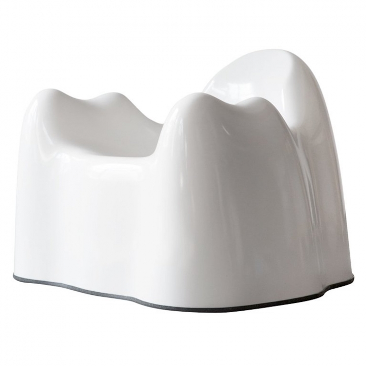 "Wendell Castle, ""Molar Group"" White Armchair (ca 1969) (image courtesy of 1stDibs)"