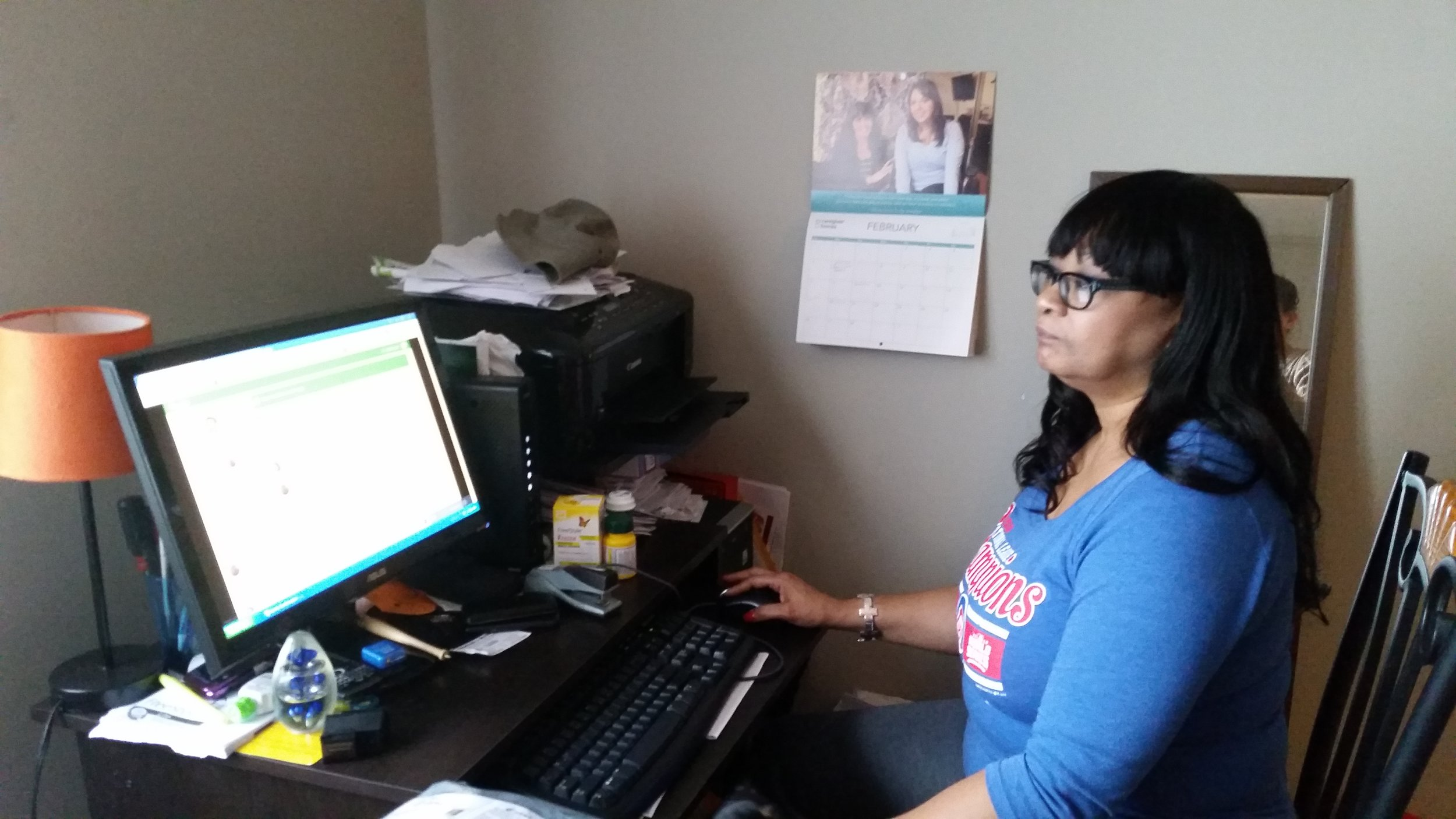 This caregiver takes care of her mother and uses Vela on her computer.