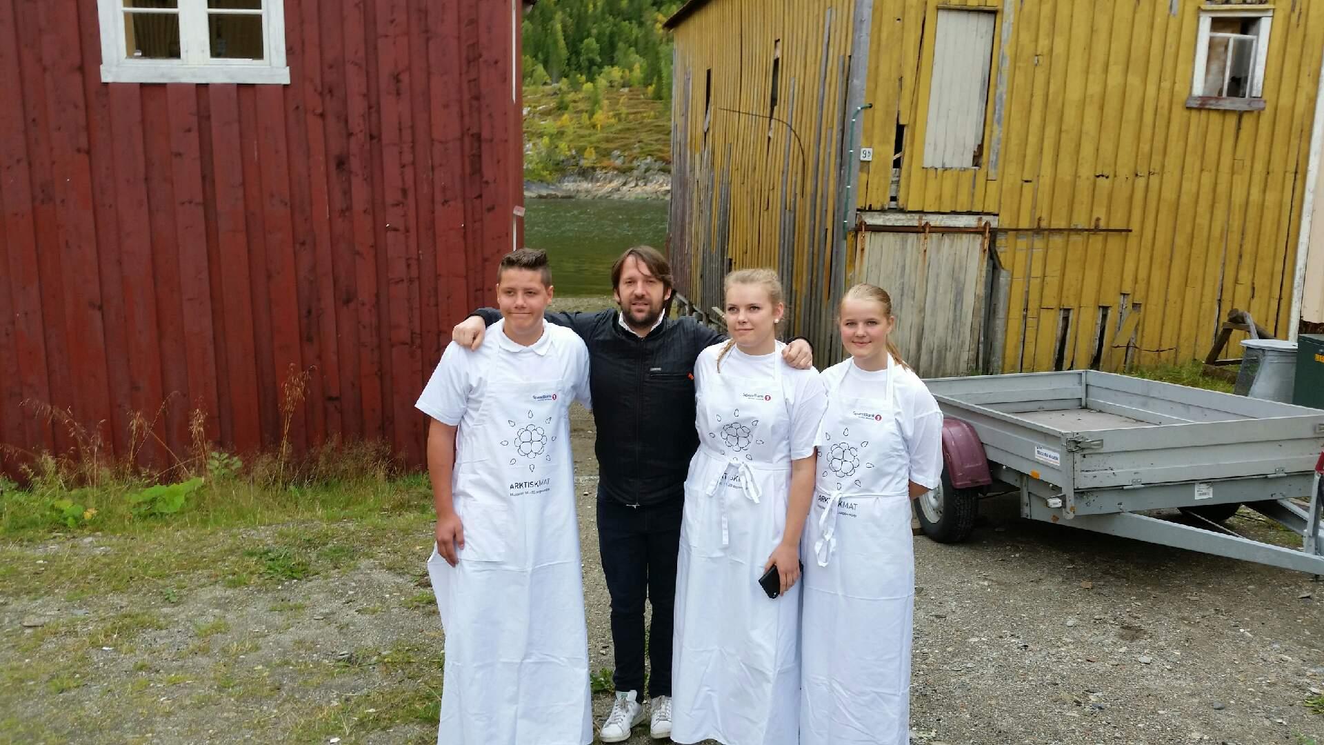 Rene Redzepi fra Noma med elever fra kokkelinja i Mosjøen.png