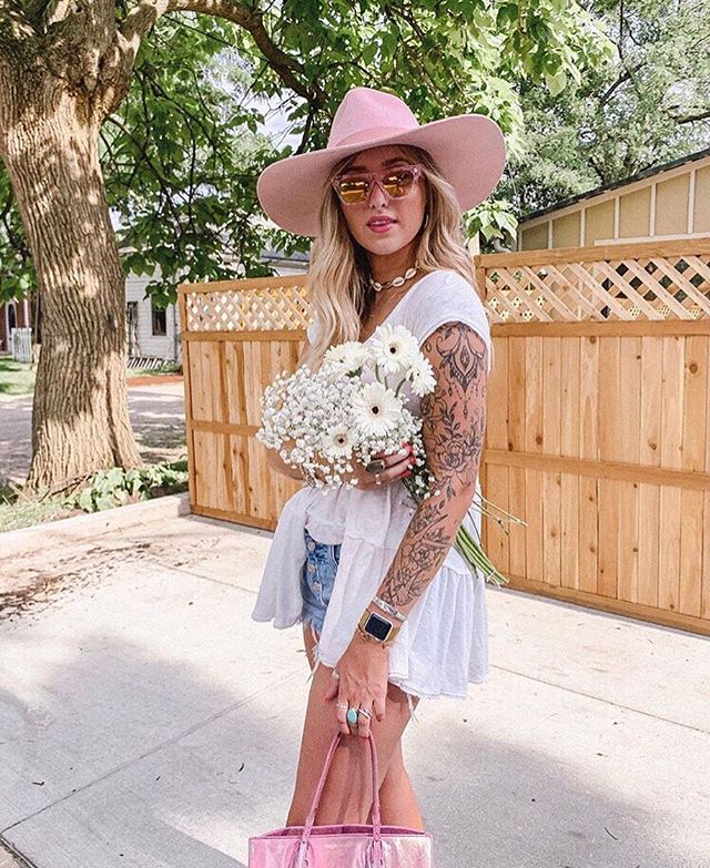Pink Lady 🌸 @amanda.in.bloom . . . .  #vbyvye #vsunnies #sunglasses #fashion #ootd #fashionista #losangeles #details #ootn  #accessories #summer #summerstyle #summerfashion #summerootd  #wiw #newyork #texas #fastfashion #affordablestyle #instafashion #inspodaily #westcoastfashion #lookbook