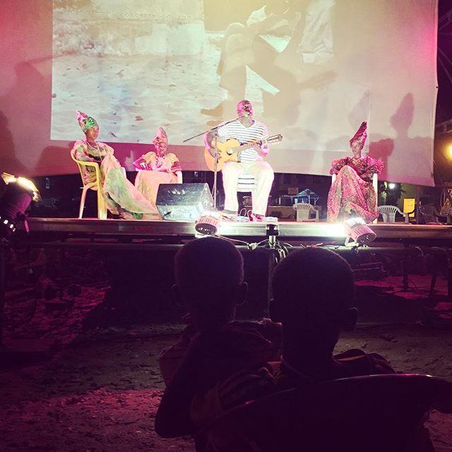 #SambCinema | Concert . El Hadj N'diaye live @goreecinema accompagné de magnifiques Signares . #hommage #sambcinema #concert #folk #afrofolk #samaguitare #goreelivecinema #enpleinair #lespiedsdansleau #vivelecinema #senegal #kebetu #africa #retrospective