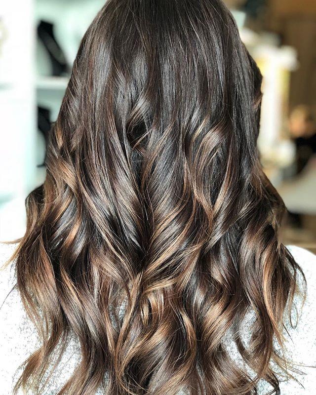 Gorgeous color by @hairbykimthompson Calligraphy cut by @stylejfine #calligraphy #calligraphycut #haircolor #balayage #bronzehair #shinyhair