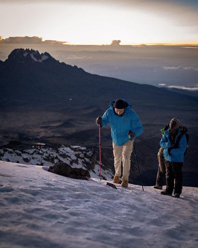 atme junge, du musst weiter atmen junge // 📸 @casbaah #throwback #deep #diy #tretti #outdoors #sunrise #5am #kilimanjaro #tanzania #uhurupeak #progress #explore #hiking #views #mountains #harkmeinrich #casbaah
