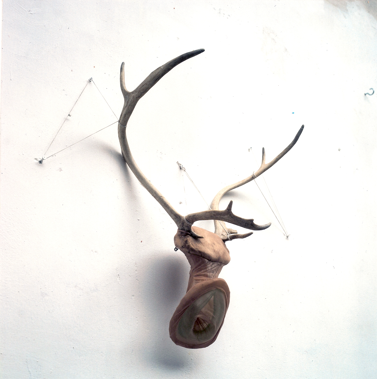 """No name"", 1994. Mixed media: reinsdyrhorn, ståltråd, nylon og oksygenmaske"