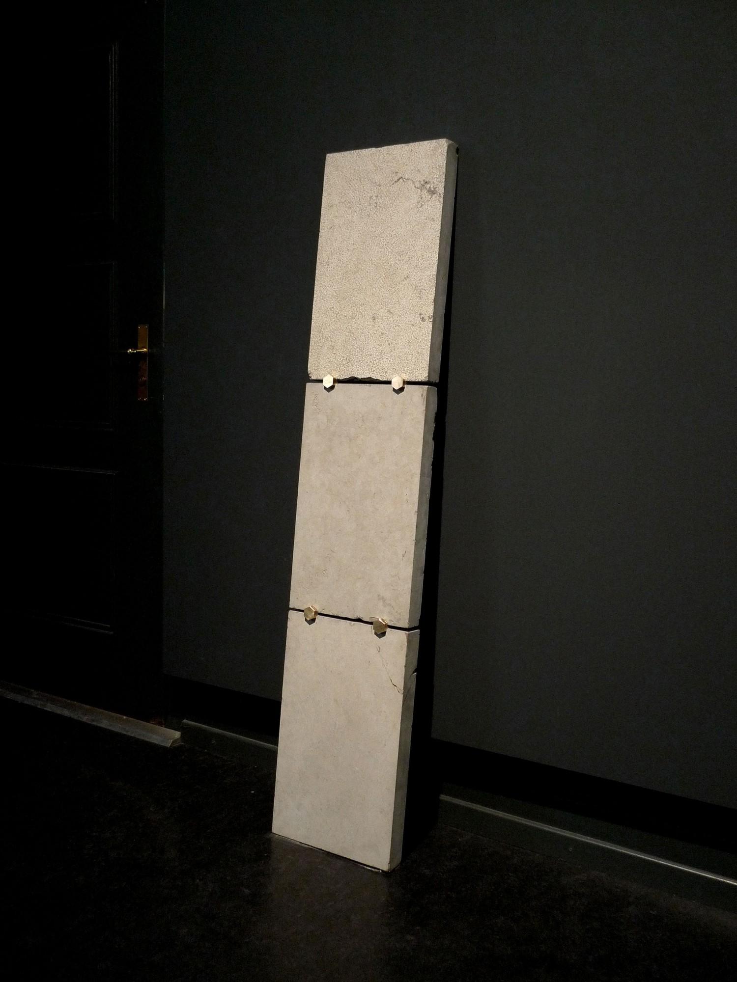 Assemblage I , 2018, pietra, ottone, 150 x 30 x 5 cm