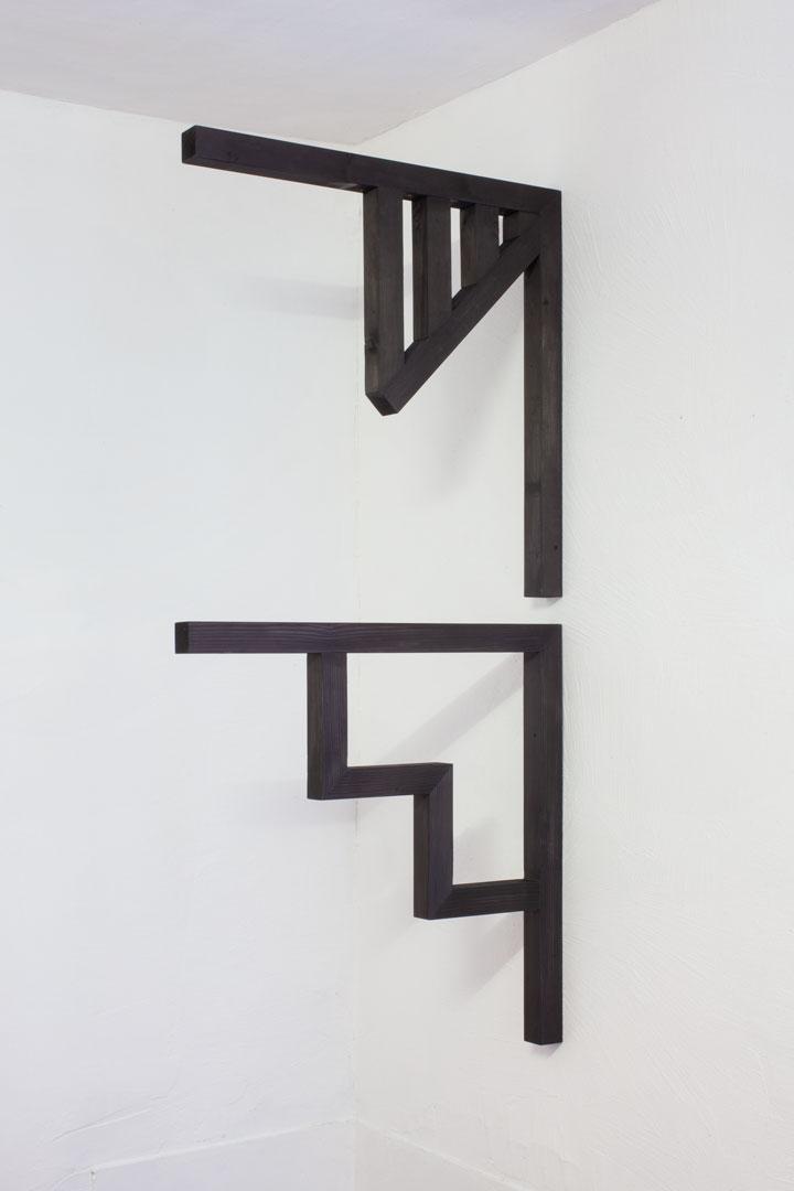 Ecken  (2016), legno di abete, pittura, ciascuno 85 x 85 x 5.5 cm