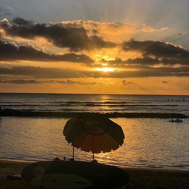 Golden magic 🌠 . . . #waikiki #beach #oahu #honolulu #hawaii #sunset #sunsethour #goldenhour #sky #sky_lovers #sky_brilliance #aloha #vibes #beachlife #island #livin #coastal #hilife #livealoha #sunsets #love #beautiful #nature #travel #instagood #instadaily #fashionblogger #happyvibes #talahonolulu