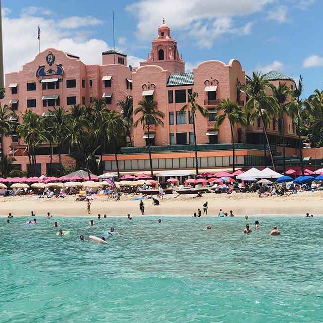 Happy Monday Waikiki vibes 💕 . . . #aloha #monday #waikiki #oahu #honolulu #hawaii #island #islandlife #royalhawaiian #waikikibeach #love #sunnydays #beach #beachstyle #travel #lifestyle #coastalliving #pacific #coast #beautiful #life #instagood #instadaily #talahonolulu