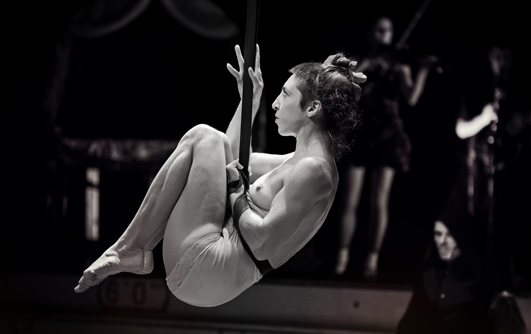 Lili la Terreur - Corde Lisse    Éliane Bonin, alias   Lili la Terreur  , est une artiste de cirque aux desseins fougueux et aux inspirations sauvages. Elle joue avec le feu, pratique plusieurs disciplines aériennes, le main-à-main et le théâtre physique. Si son caractère versatile lui permet de s'implanter dans plusieurs milieux, elle manifeste un goût prononcé pour les contextes où règnent la liberté d'expression et où la créativité n'est pas censurée. Elle a   été impliquée au cœur du festival Carmagnole depuis 2001, a fait partie du trio de feu les Walkyries pendant 12 ans et de Pipistrella, duo de trapèze et main-à-main, pendant 8 ans.