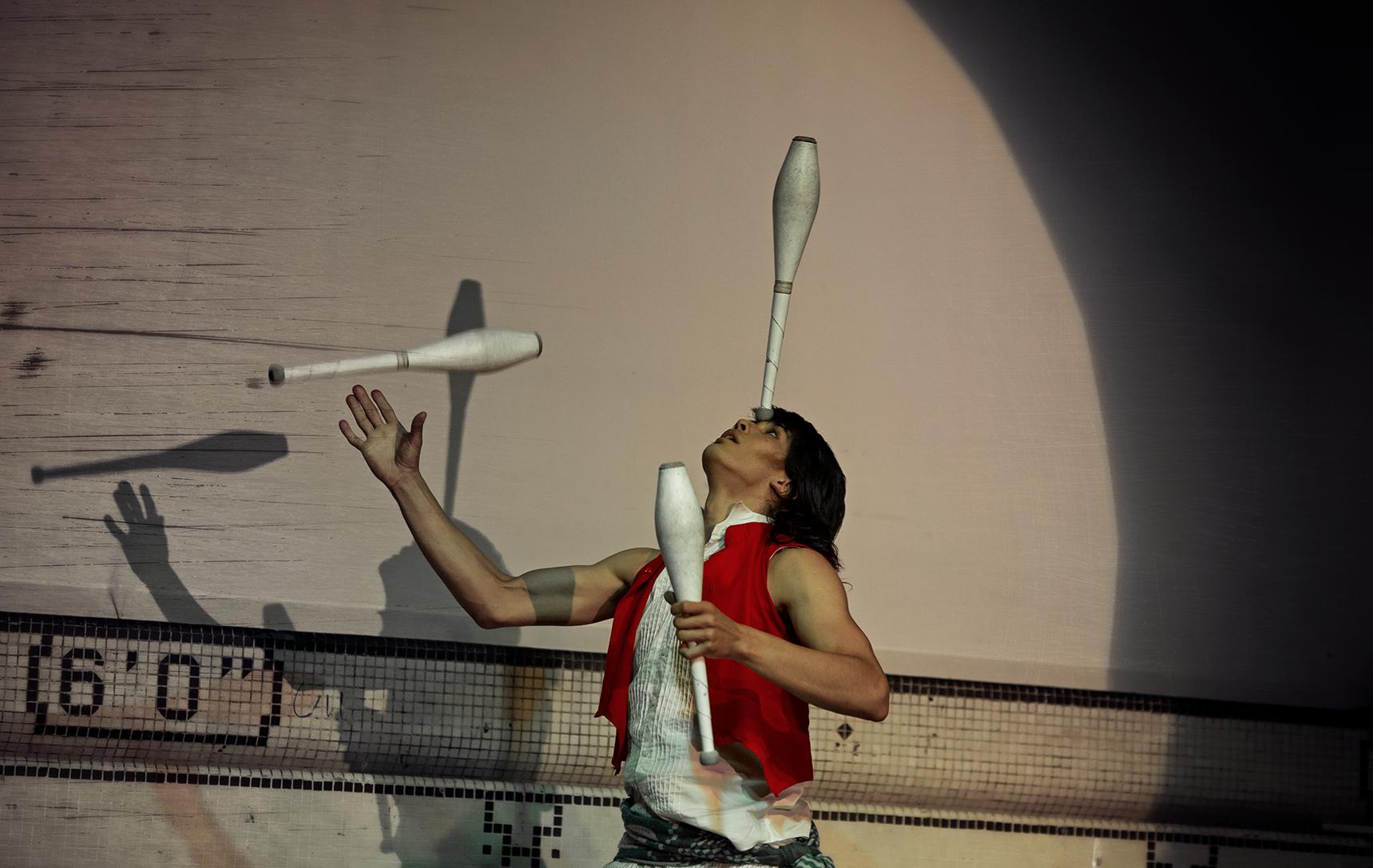 Ale lou Yah - Jonglerie    Ale lou, aussi connu sous le nom d'Alejandro Barrios, est un jongleur passionné par la quête du mouvement et l'exploration du corps. À travers la pratique de son art, il est en constante recherche de sa propre façon de bouger et d'une manière d'interpréter le langage de la scène afin de communiquer avec le public, dénoncer les injustices et témoigner de la vie même. C'est en voyageant en Amérique latine qu'il a découvert le cirque à travers le théâtre et les spectacles de rue. Depuis 2008, il s'y dédie complètement en véritable autodidacte.      Aujourd'hui, il habite Montréal et y poursuit son périple en travaillant avec divers collectifs. Il est intéressé par le théâtre physique, la danse, l'acrobatie, le main-à-main et la jonglerie. Il collabore avec Cirquantique depuis 2013 et a participé à plusieurs de leurs prestations et animations. Ses performances, teintées d'onirisme et de poésie, mettent l'imaginaire en mouvement et nous font voyager à notre tour.