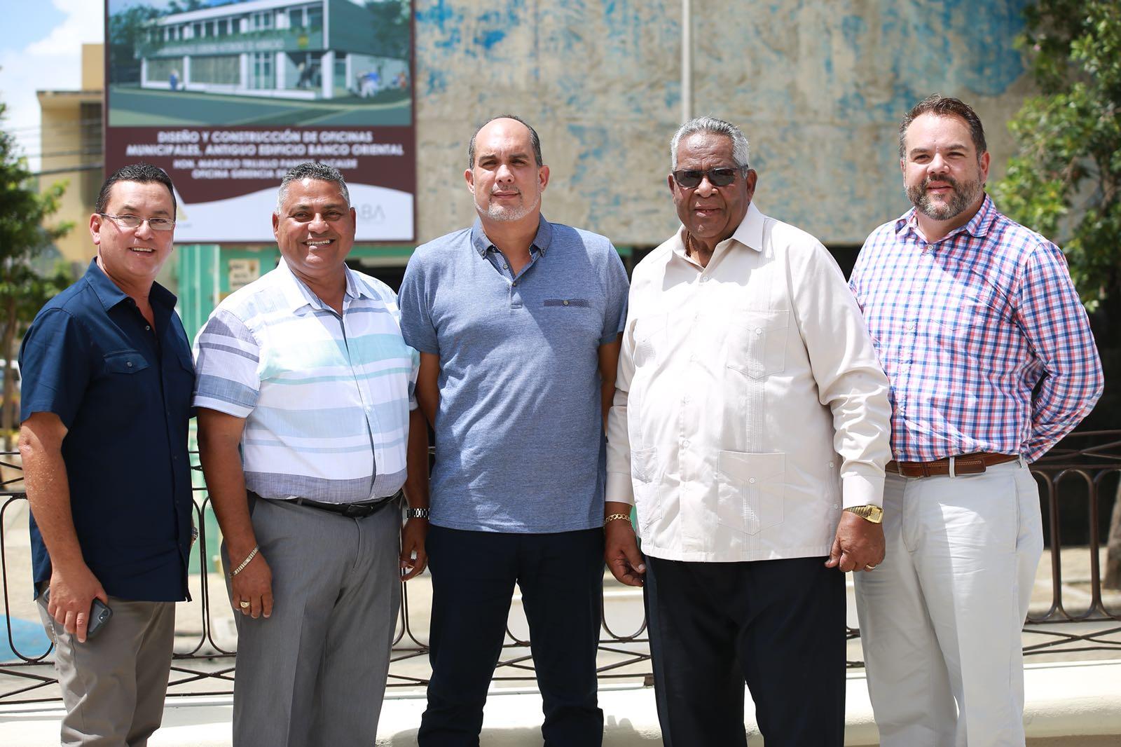 De izquierda a derecha: El presidente de Top Construction & More, Edgar De Jesús; el administrador Municipal, Luis Raúl Sánchez; el director de Gerencia de Proyectos, Alexander Tirado; el alcalde de Humacao, Marcelo Trujillo Panisse y el arquitecto Rene Acosta de Builder Atelier.