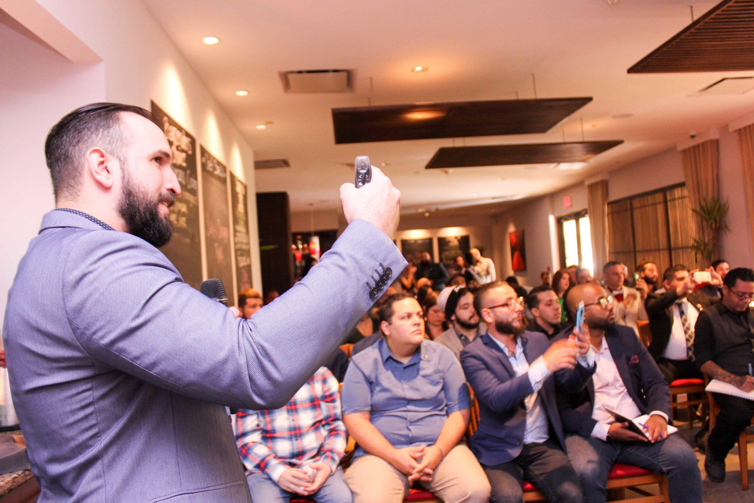 Misael Morales se dirige a presentes durante el seminario Crush the rush