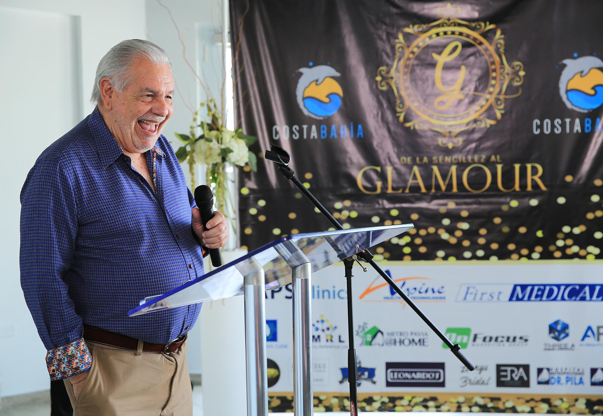 """Lcdo. Eduardo Artau Gómez, propietario de Costa Bahía Hotel, Convention Center & Casino en Guayanilla se dirige a los presentes en la actividad """"De La Sencillez al Glamour""""."""