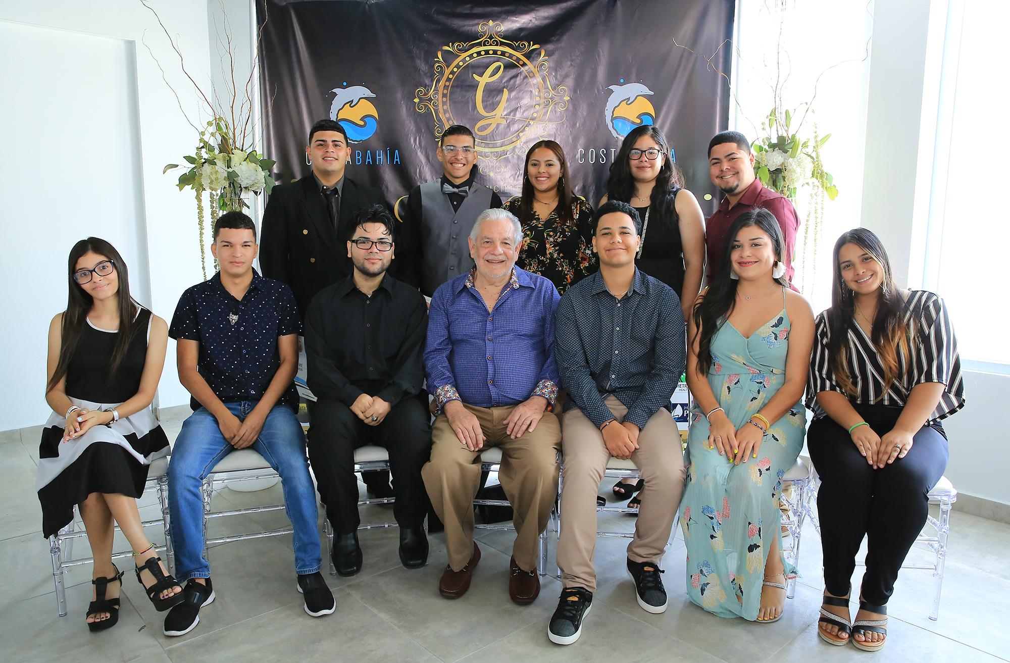 Lcdo. Eduardo Artau Gómez, propietario de Costa Bahía Hotel, Convention Center & Casino en Guayanilla junto a los estudiantes de las escuelas públicas homenajeados por su labor académica y filantrópica.