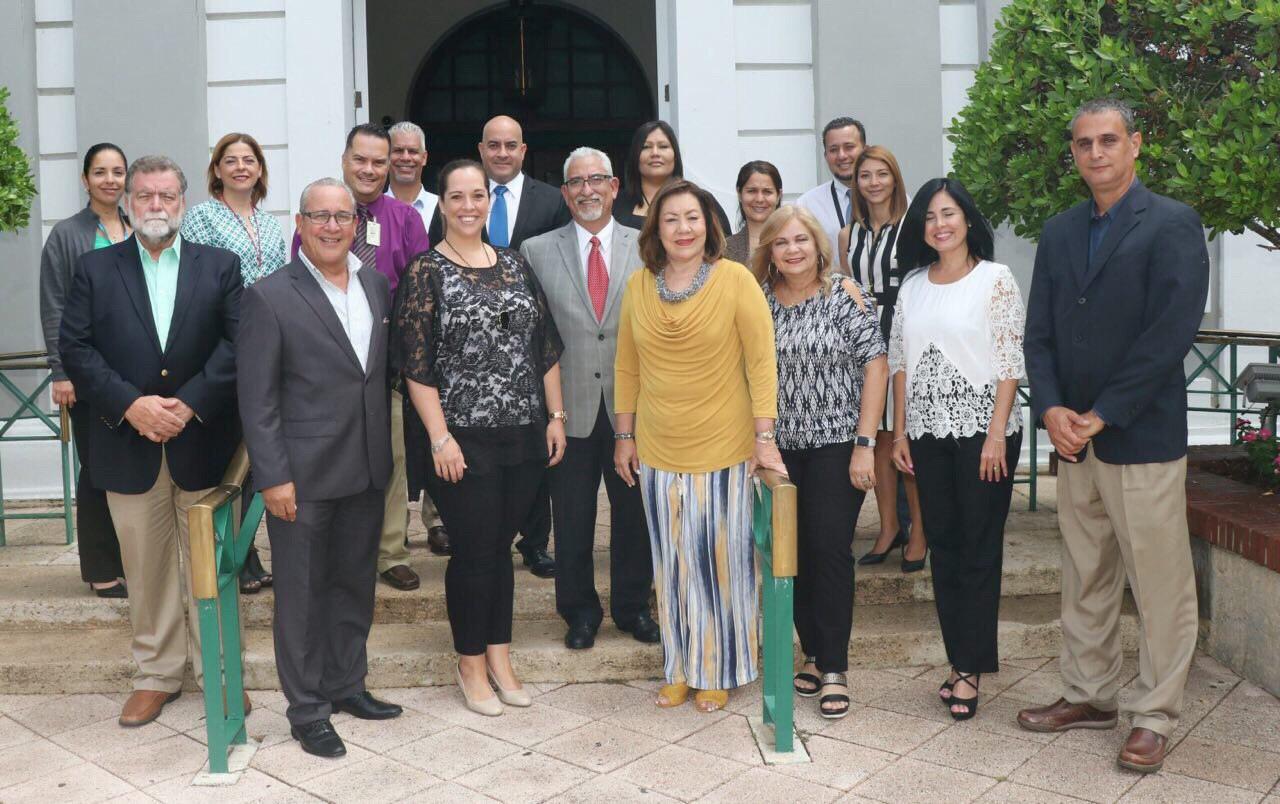 Representantes de la Sociedad de Mayoristas de Viajes y Excursiones (SOME); de ASTA (American Society of Travel Advisor, Capítulo de Puerto Rico e Islas Vírgenes); de la Asociación Puertorriqueña de Agencias de Viajes (APAV) y miembros de la división de Servicios y Fiscalización Turística de la Compañía de Turismo de Puerto Rico junto a Carla Campos, directora ejecutiva de la CTPR.