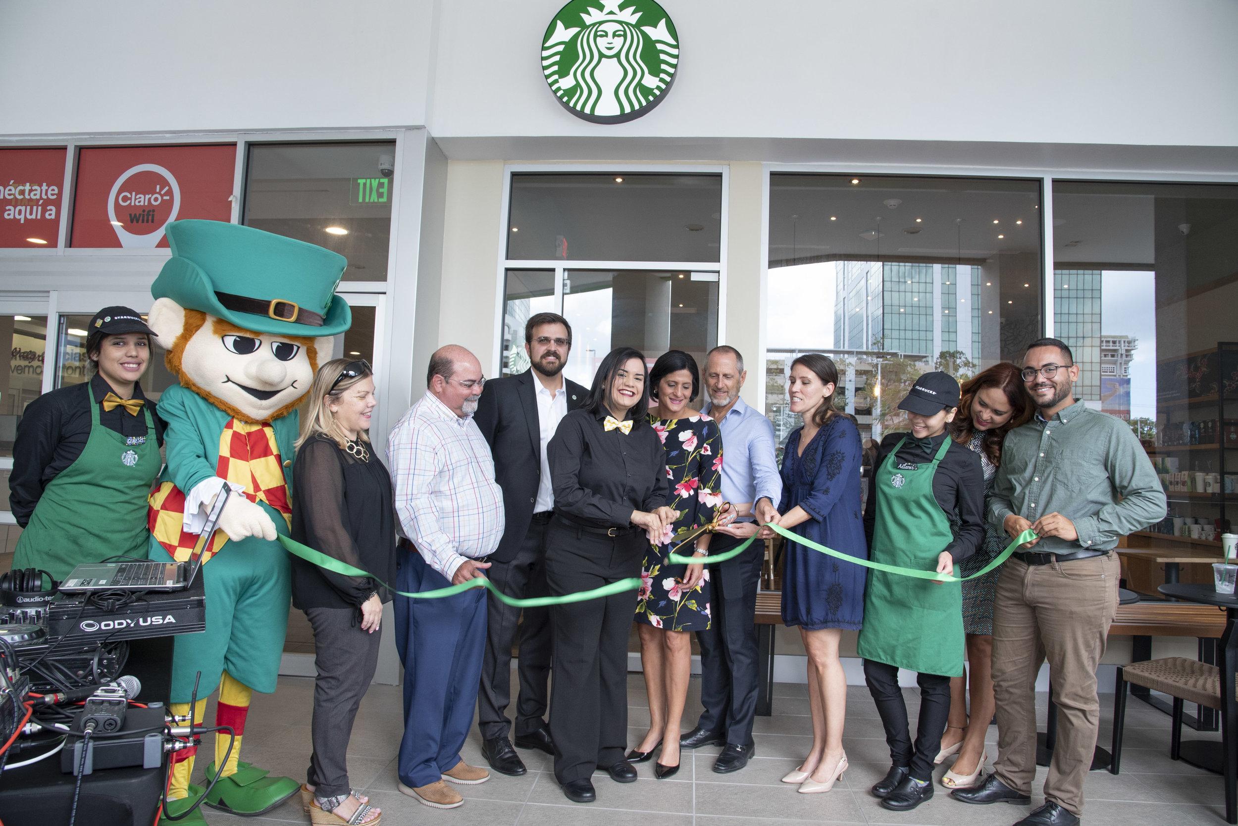 Baristas del Caribe y Empresas Caparra celebran el corte de cinta de Starbucks en San Patricio Plaza.