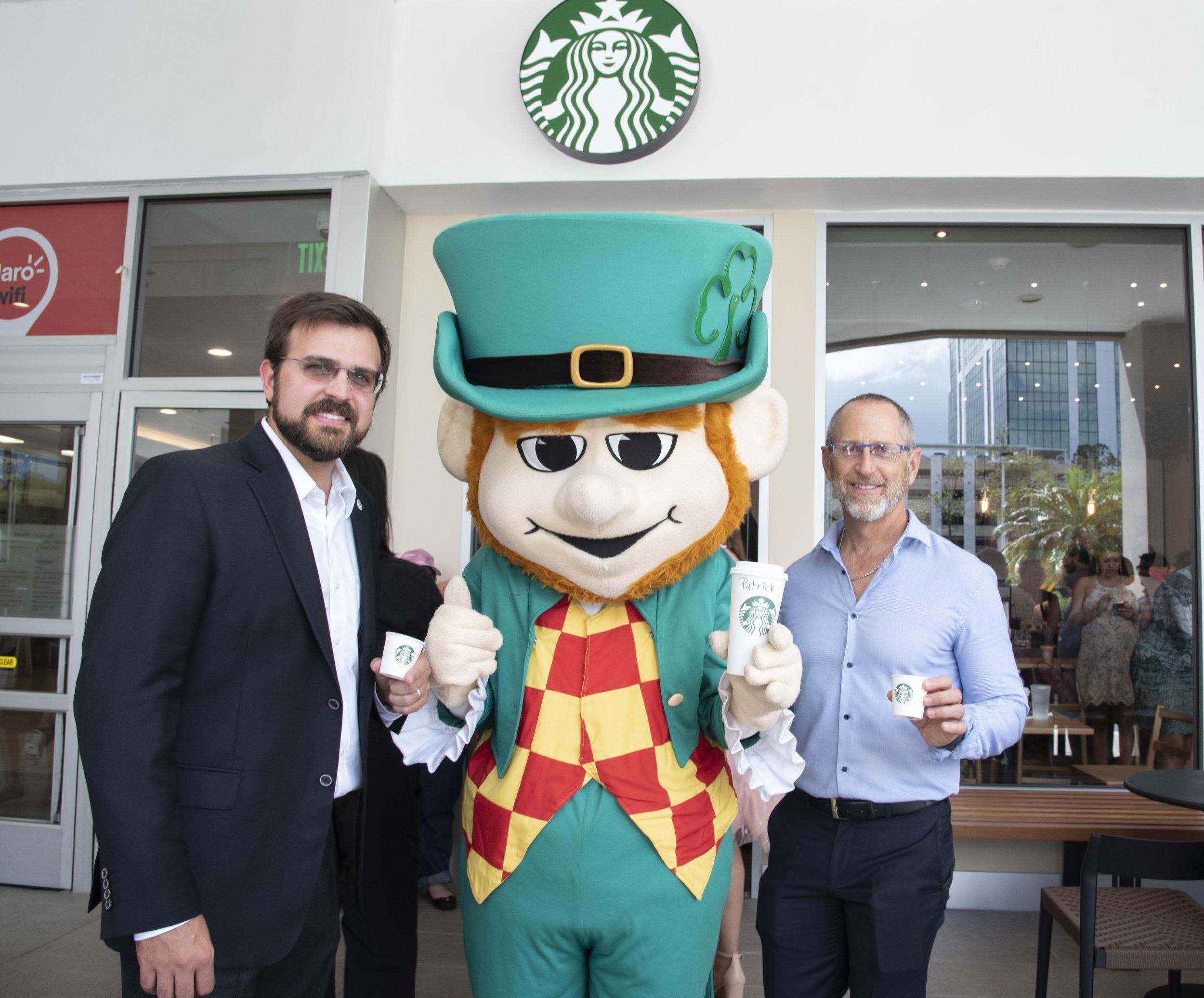 El presidente de Baristas del Caribe, Jaime L. Fonalledas, junto al presidente de Empresas Caparra, Adolfo I. González, comparten una taza de café en la apertura oficial de Starbucks en San Patricio Plaza.
