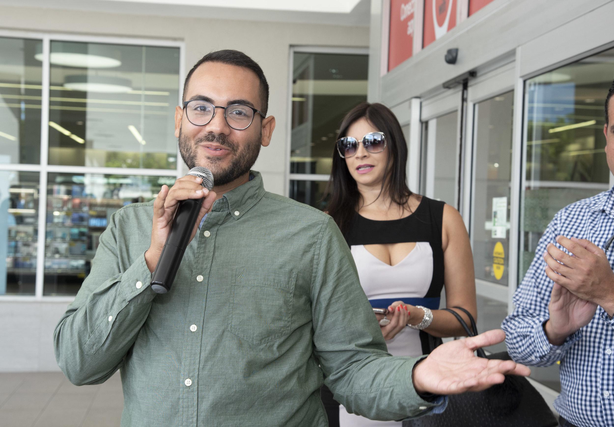 Diego Moyett, gerente asociado de mercadeo de Starbucks Puerto Rico, lidera los actos oficiales de apertura de la tienda 28 de la marca en la isla