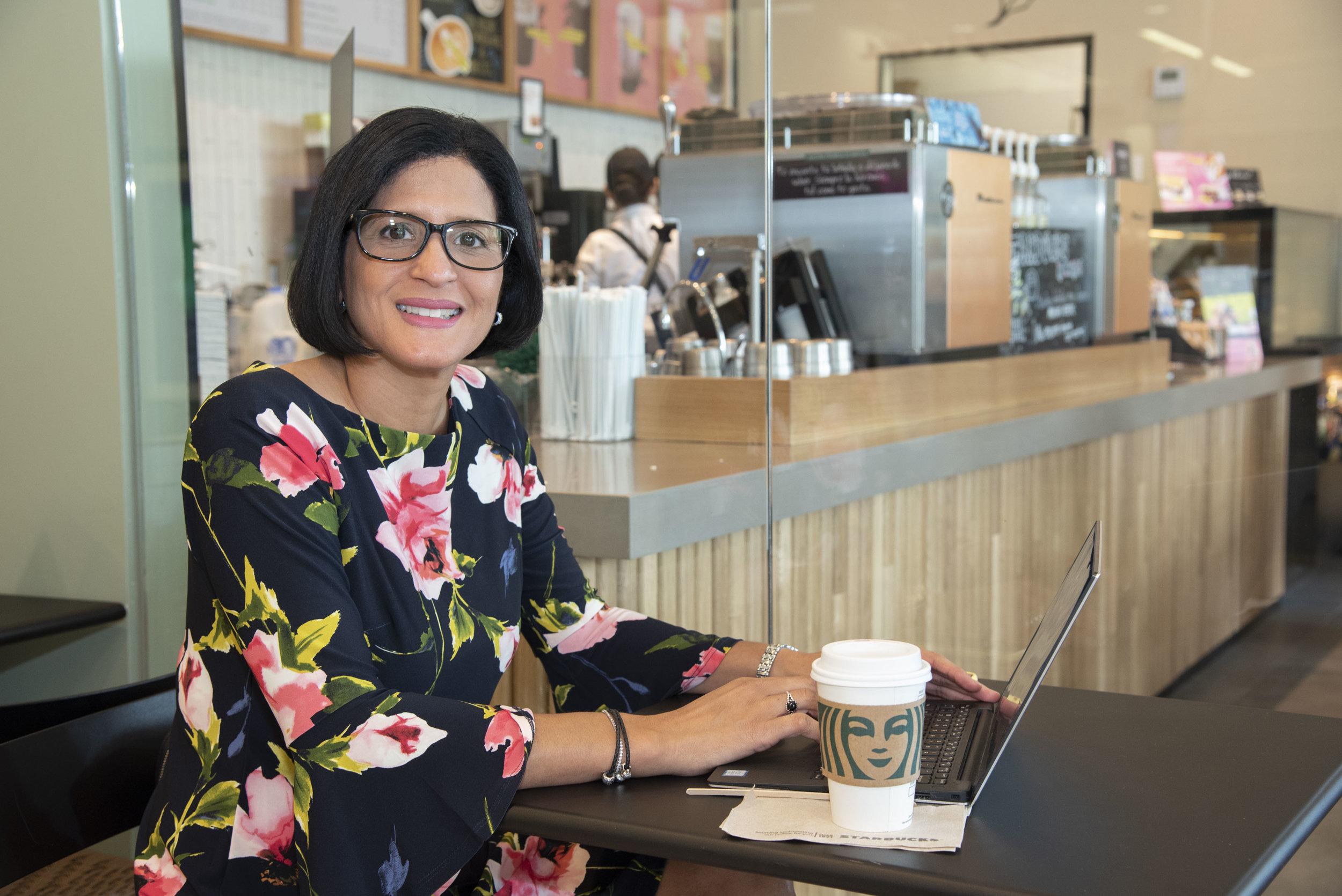 Idis Ortíz López, gerente general de Baristas del Caribe, en las nuevas instalaciones de Starbucks en San Patricio Plaza
