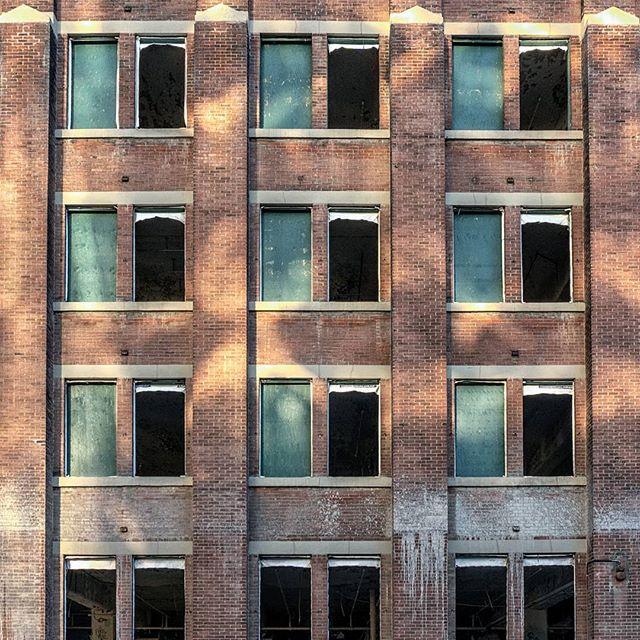 Demolition. . . . . #toronto #blogto #streetsoftoronto #torontolife #narcity #6ixgrams #CuriocityToronto #exploretoronto #discoverON #torontoclx #torontophotography #downtowntoronto #urbanexploration