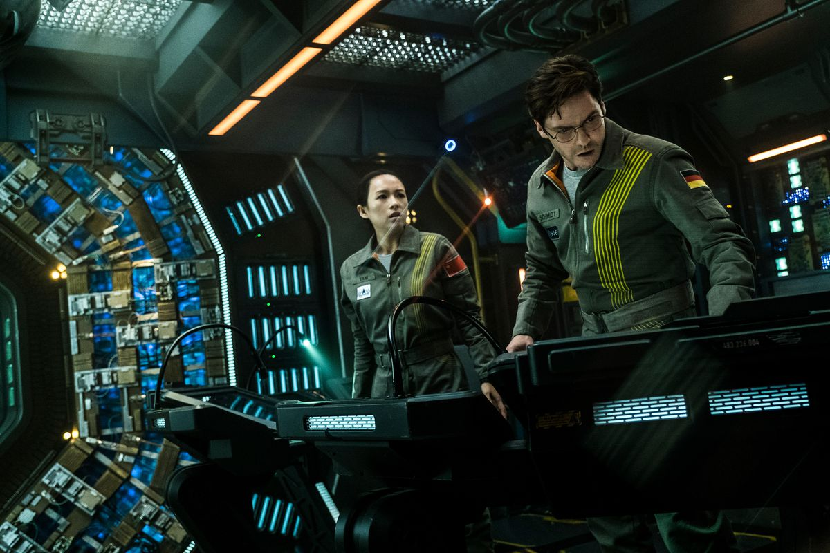 Zhang Ziyi and Daniel Brühl in  The Cloverfield Paradox