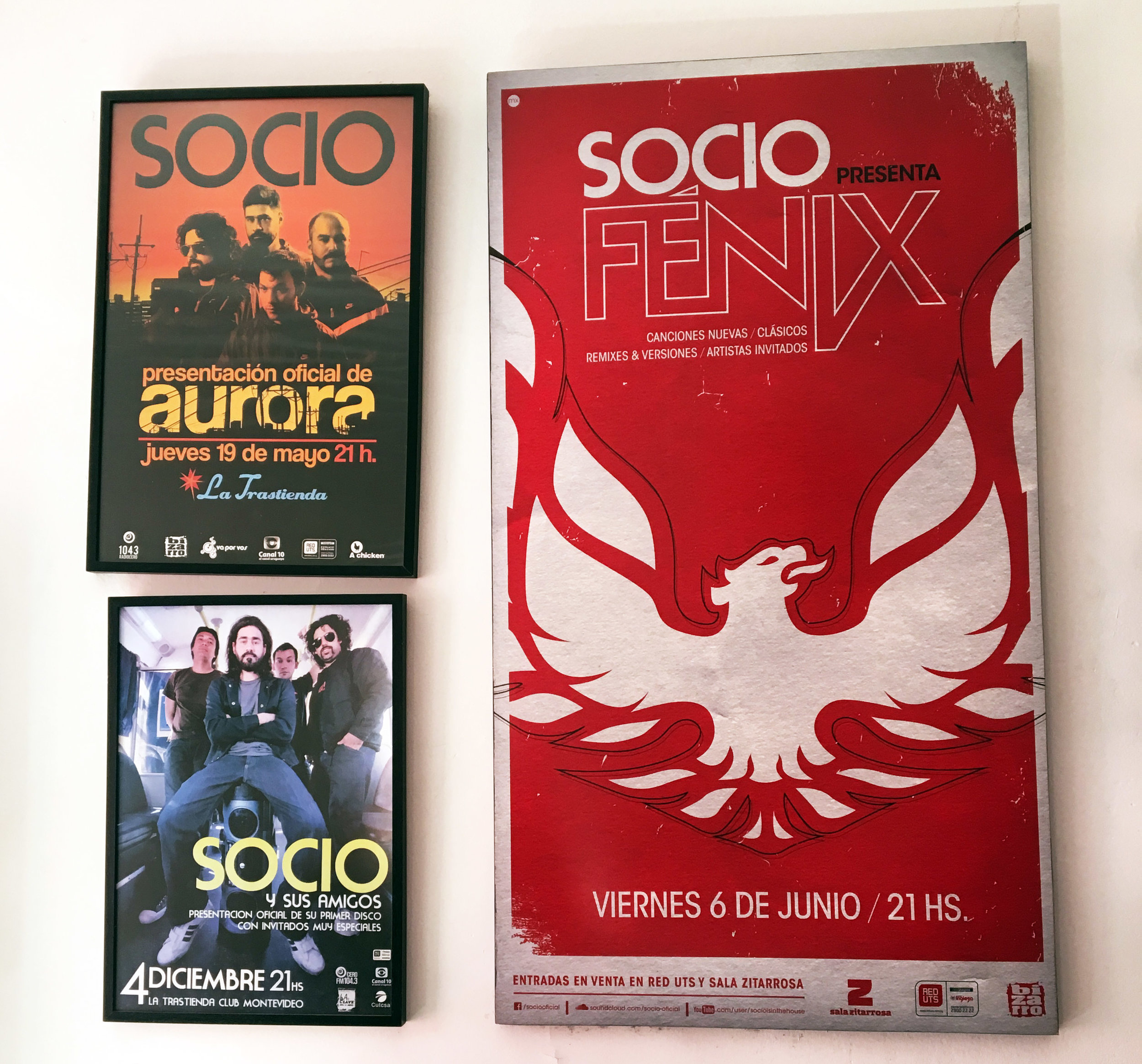 Afiches de shows que cuelgan en el estudio casero de Federico.