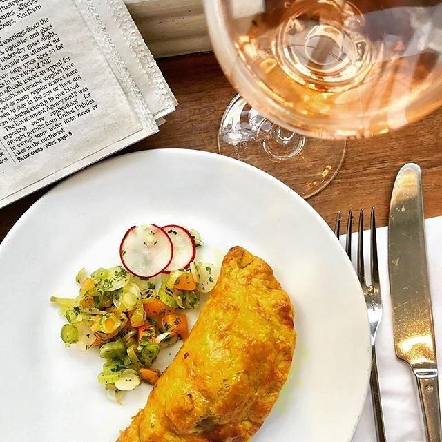 #lunchtime @theprovidores Jamaican jerk chicken patty, mango guindilla chilli salsa and a glass of @wardvalleyestate Oliva #pinotnoir #rosé #marlboroughnz @nzwineuk Life is good!!' ( #📷 @peterbezuijen.artist )