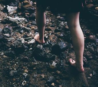 barefoot-1149848__340.jpg