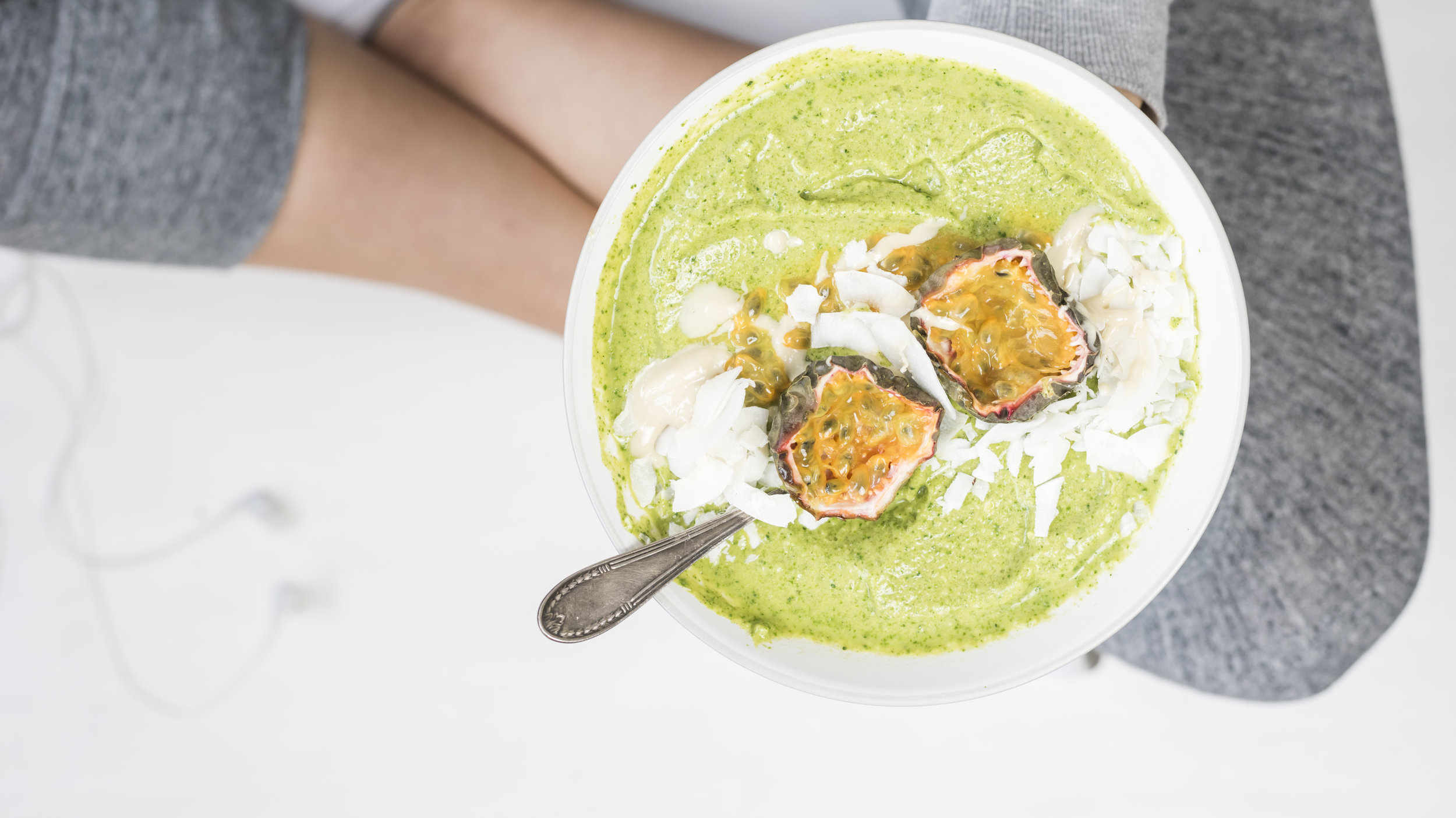 A smoothie bowl often as 'extras' on top. Eating it with a spoon can help you feel full.