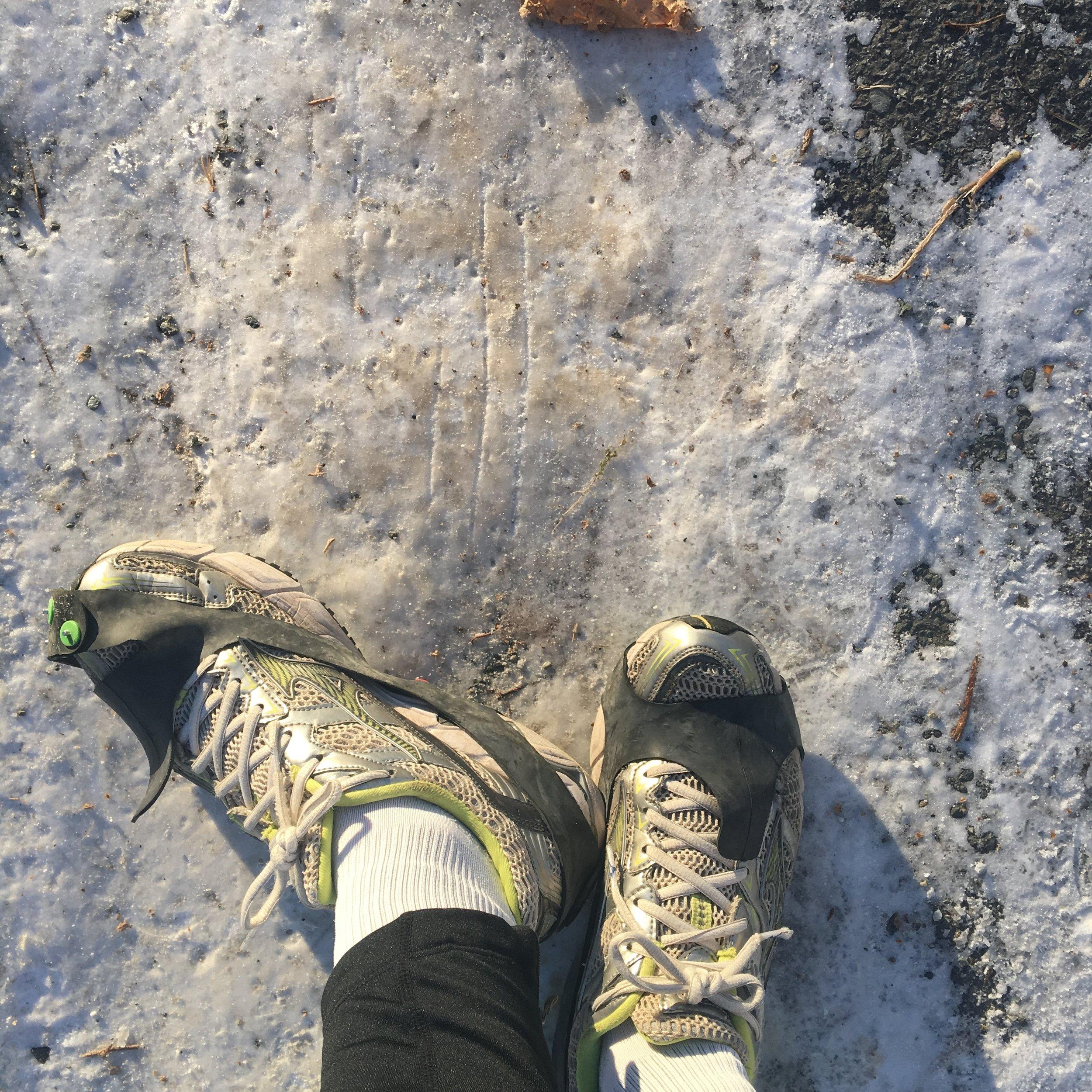 Jeg har skrevet om løb i sidste uges Udgiveronsdag. Løb kommer også til at følge mit kropstema her i november. Her et løbebillede af løbesko med hjælp på en isglat vej. Skidesmart. November i Trondheim. Nu: November i København. Kroppen-i-november.