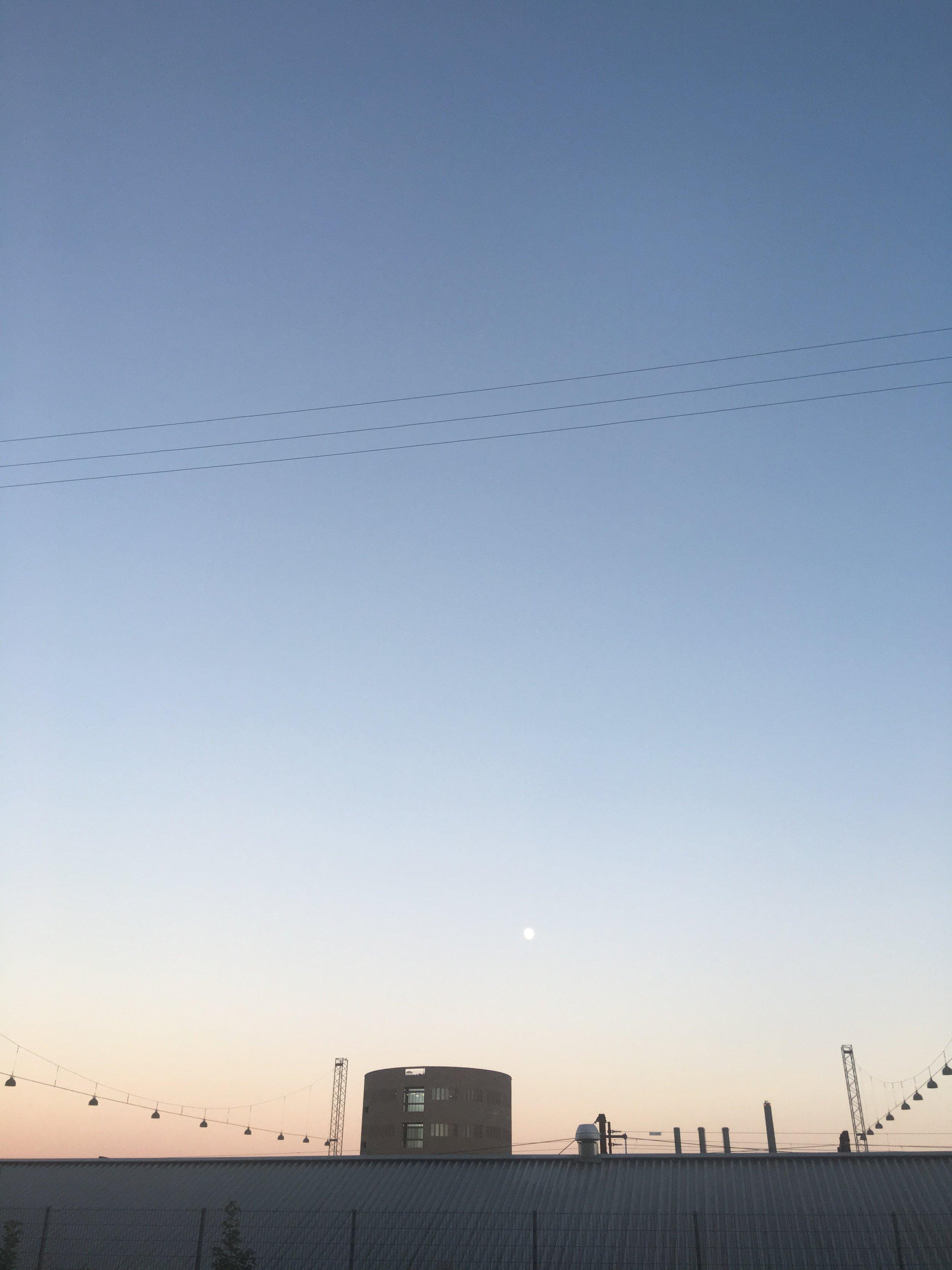 Godnat lille måne. Du minder mig lige nu om en smuk fodbold.