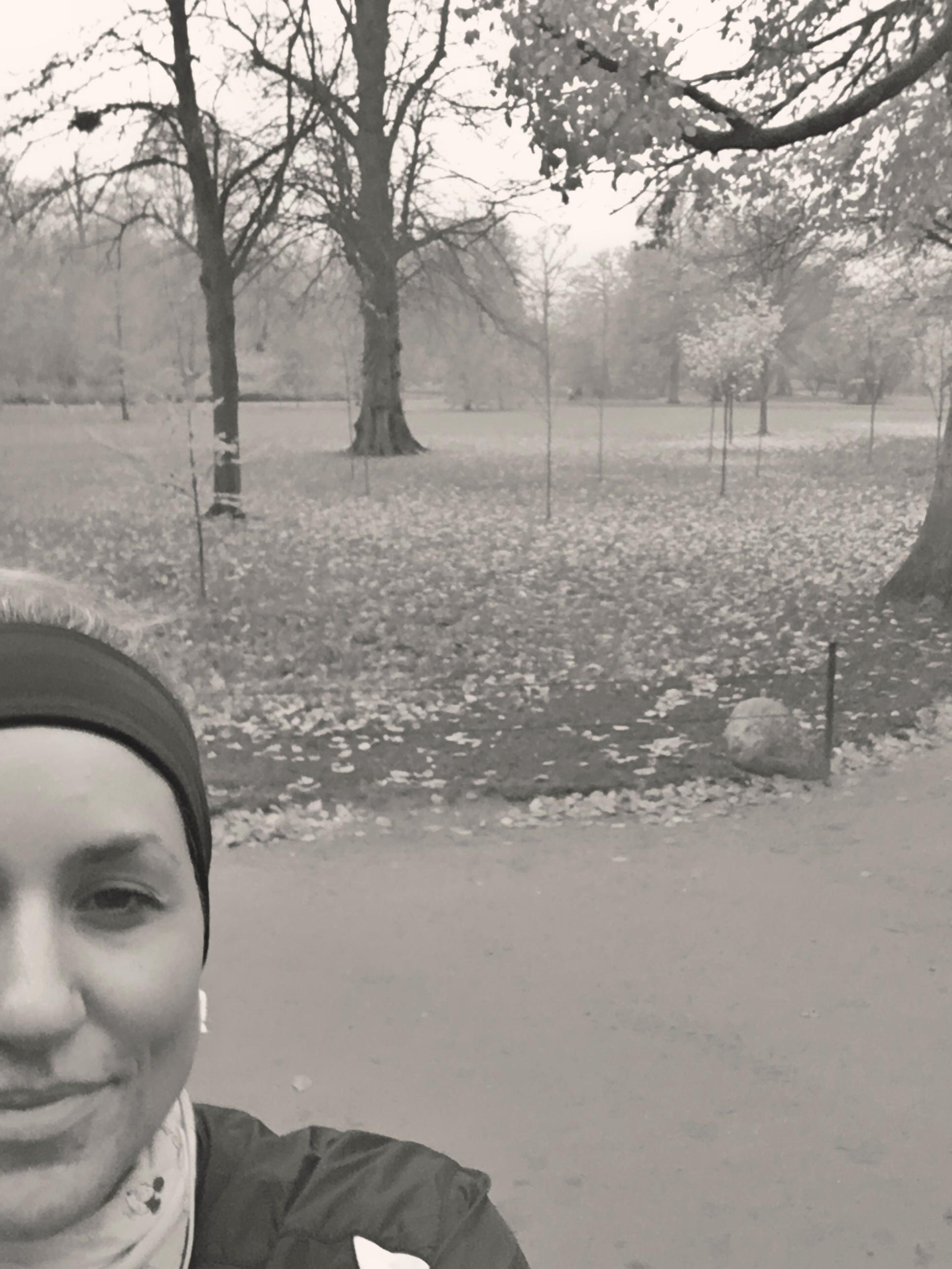 Øjeblikket efter, at jeg havde tabt min telefon - heldigvis på blød jord! Selfie med tømmermænd på farten. Det var det min krop havde brug for i dag!