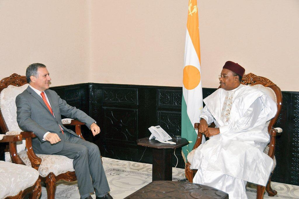 Le Président Issoufou Mahamadou a reçu mercredi  l'Ambassadeur de France au Niger.jpg