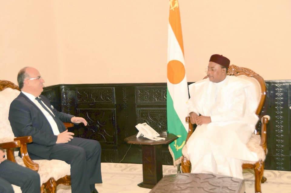Le Président de la République, Chef de l'Etat, SEM Issoufou Mahamadou a reçu vendredi, 28 décembre 2018, l'Ambassadeur de Turquie au Niger, M. Huseyin Ozdemir, en fin de mission dans le pays 2.jpg