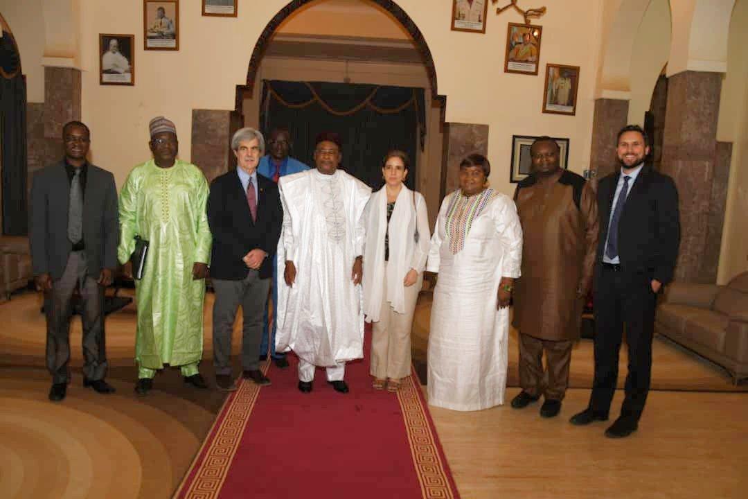 Le Président de la République, Chef de l'État, SEM Issoufou Mahamadou a reçu, ce jeudi 21 Février 2019 en fin de matinée, une délégation de l'ONG de solidarité internationale Plan International, conduite par M. Josh Liswood, son président du Conseil d'administration et de l'Assemblée des membres.  Selon ce dernier, la mission qu'il conduit au Niger vise à raffermir davantage les liens de coopération et d'étroite collaboration qui existent entre le Niger et son organisation. « La rencontre avec le Chef de l'Etat nous a permis de constater son engagement non seulement pour le résolu envers les enfants du Niger, mais aussi pour les ceux des autres pays du continent », a déclaré M. Josh.  Le PCA et président de l'Assemblée des membres de Plan International a particulièrement apprécié l'engagement du Président de la République Issoufou Mahamadou dans l'avancement des droits des jeunes filles.  Plan International, note-t-on, intervient dans les régions les plus pauvres du monde pour faire progresser les droits des enfants et l'égalité filles/garçons. L'ONG est organisée en réseau de 21 pays donateurs et 56 pays en développement bénéficiaires. Elle a été créée en 1937 et a son siège au Royaume-Uni.